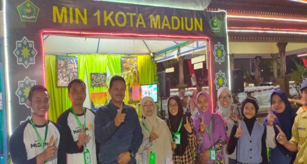 Stand Pameran Hari Santri MIN 1 Kota Madiun Berhasil Membuat Bapak Walikota Berkunjung Lama dan Menikmati Cafe Reading