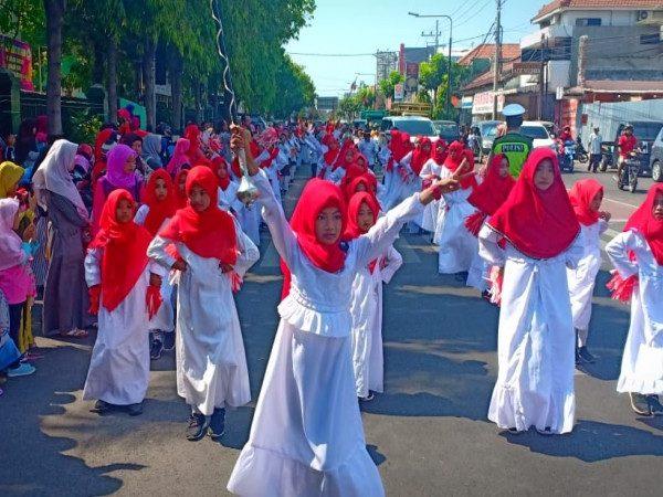 Drumband MIN 1 Kota Madiun Gita Prima Marching Band Ikut Mengiringi Gunungan Grebeg Maulud 1440H
