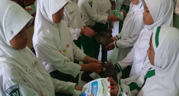 Bakti Sosial Kelas IV A-B sebagai Wujud Peduli Sosial di Lingkungan Madrasah