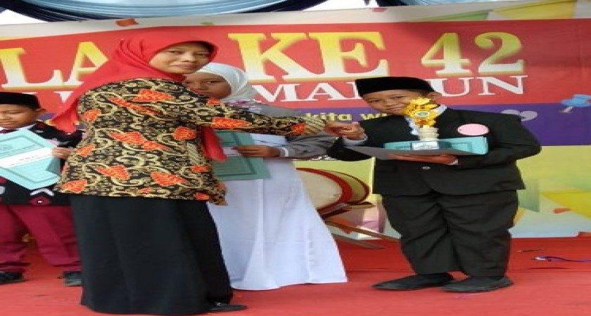 ABIYYU SABET JUARA 1 LOMBA PIDATO BAHASA INDONESIA DALAM AJANG MILAD ke-42 MTsN KOTA MADIUN