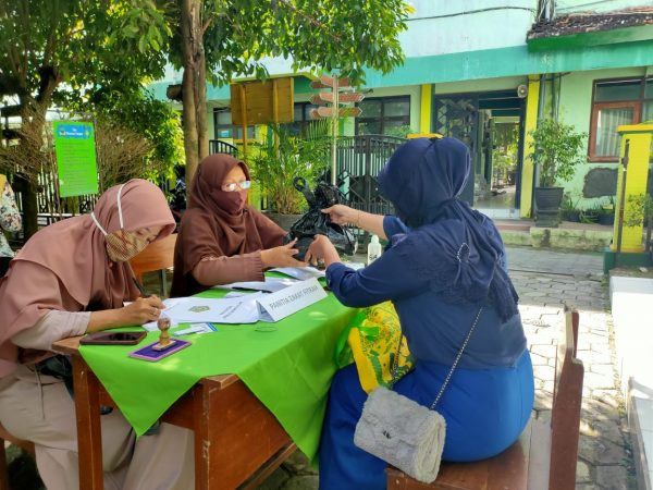 Kegiatan pembayaran zakat fitrah di MIN 1 Kota Madiun